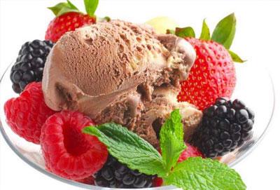 Десерт из мороженого с фруктами и клубникой - Славяна